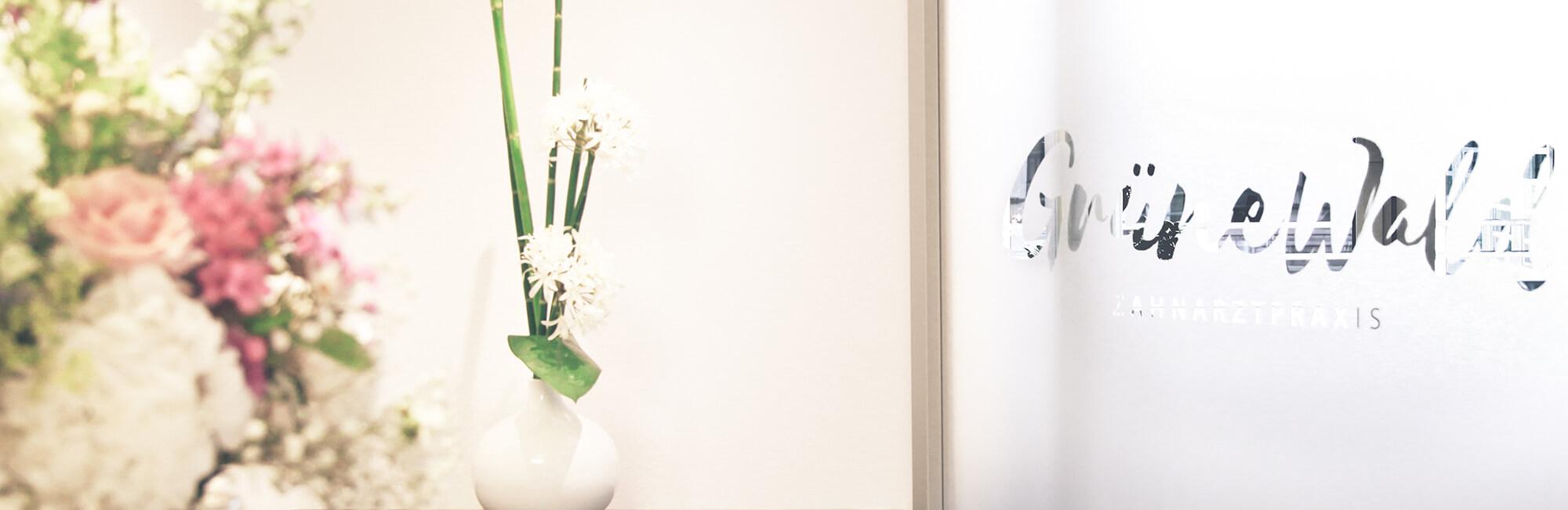 Zahnarzt Potsdam - Grünewald - Praxis Slider Empfang mit Logo